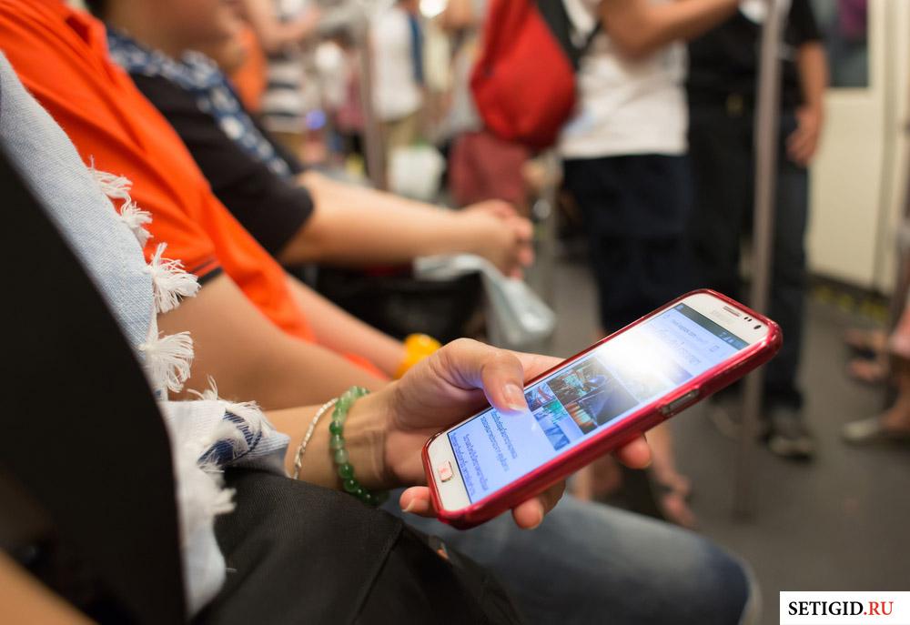телефон в руках в метро
