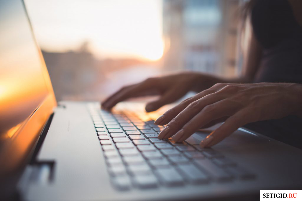 руки женщины на клавиатуре ноутбука