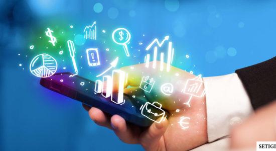 Телефон в руках и виртуальное облако