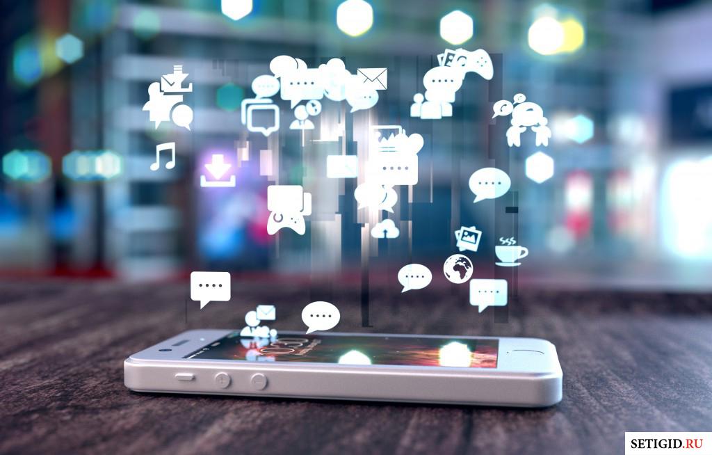 Телефон на столе и виртуальное облако сервисов