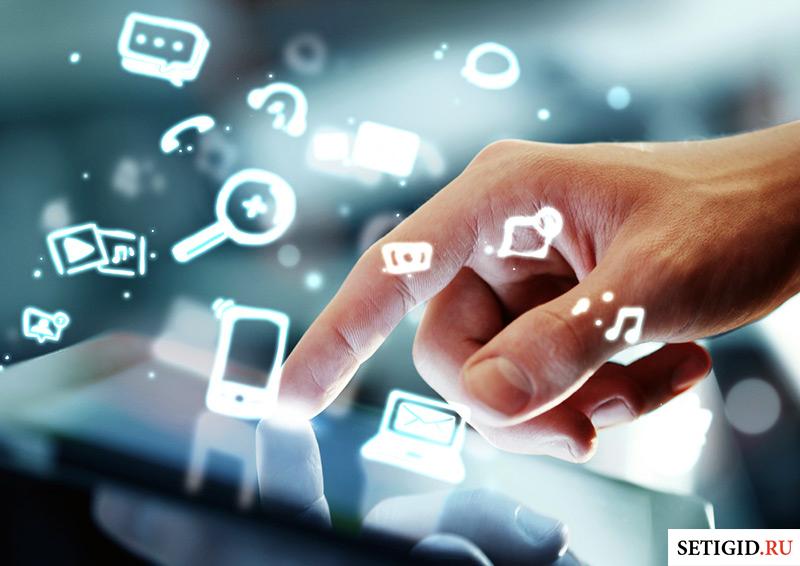 виртуальное облако интернет сервисов и планшет в руках