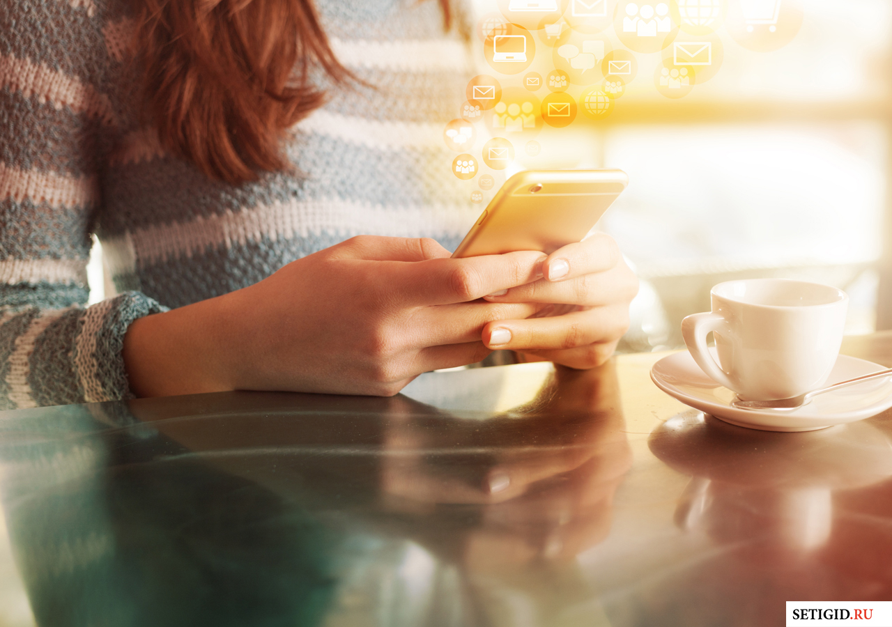 Виртуальное облако сообщений и девушка держащая телефон в руках