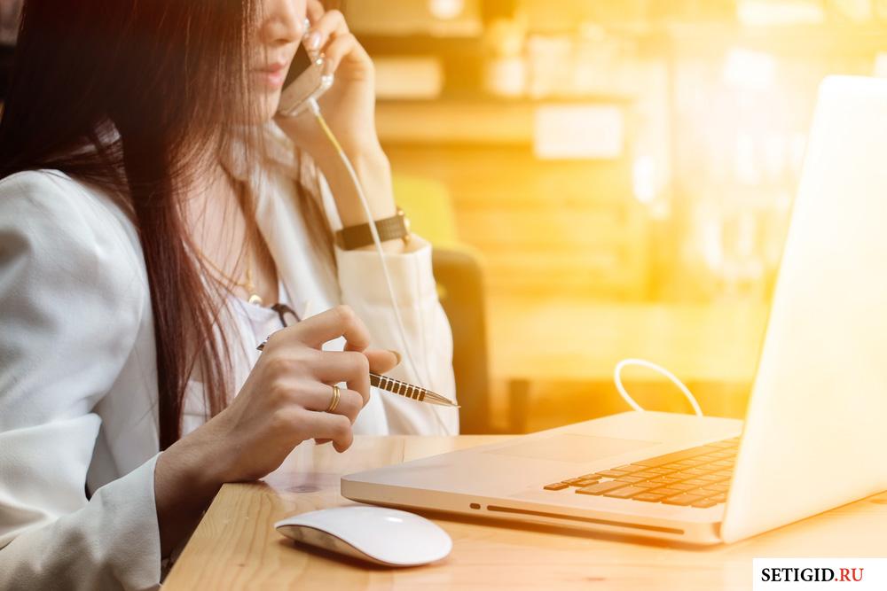 ноутбук мышка и девушка говорящая по телефону
