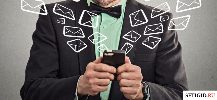 телефон в руках и виртуальное облако сообщений