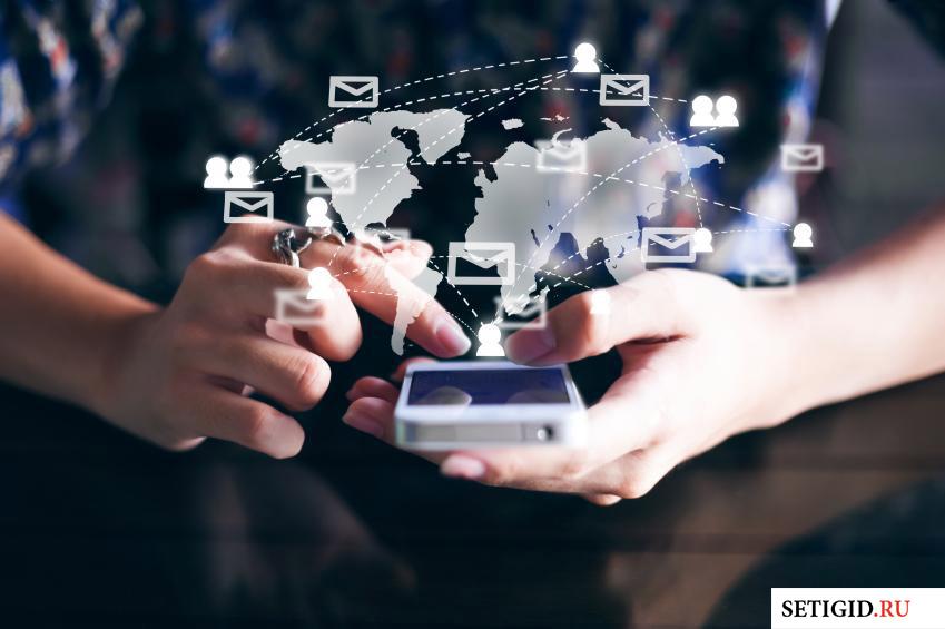 виртуальное облако сообщений и телефон в руках