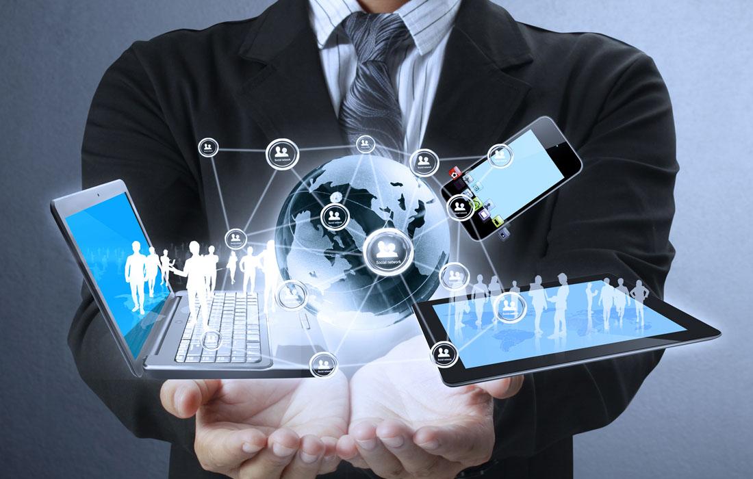 Виртуальные ноутбук планшет и телефон на фоне человека