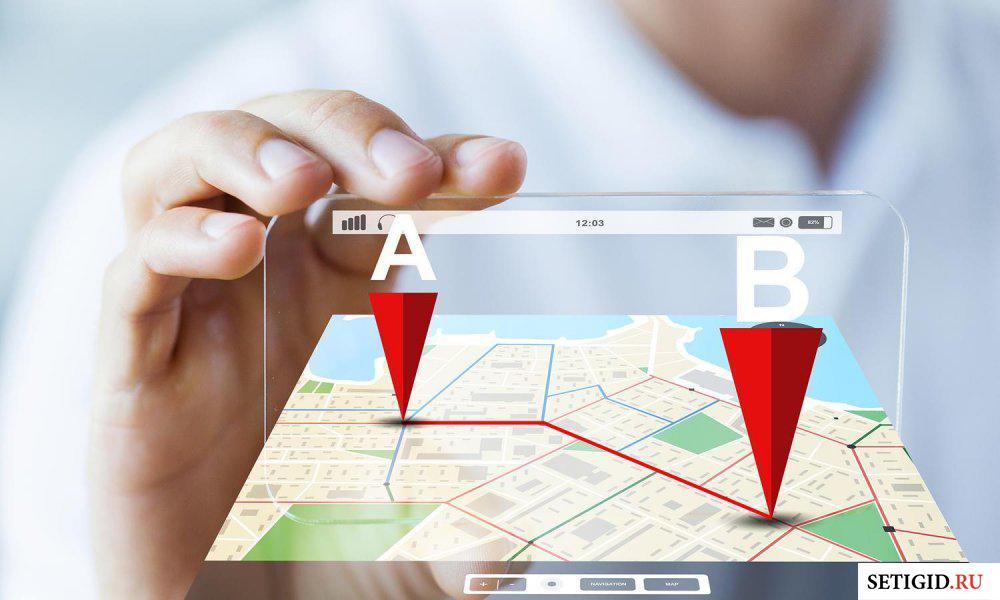виртуальная карта с маршрутом и человеческие руки