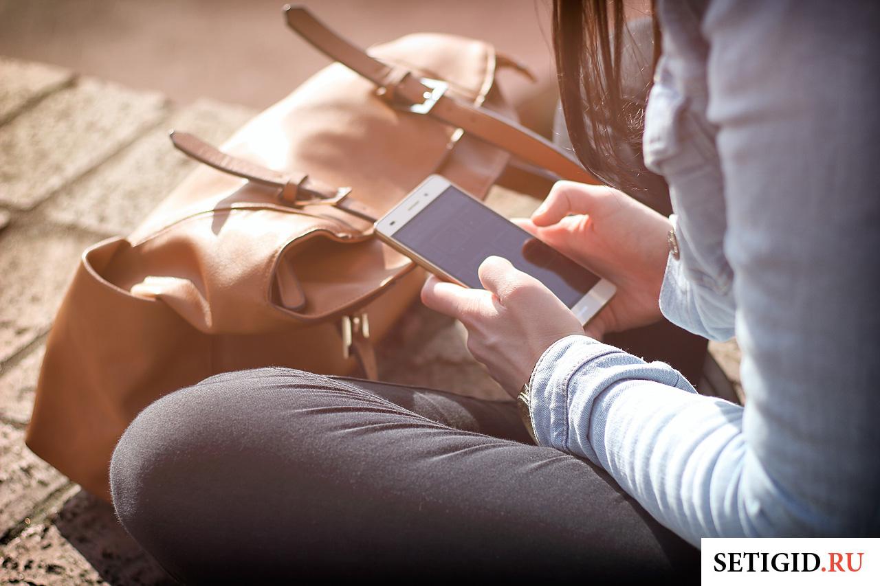 мобильный телефон в руках у девушки