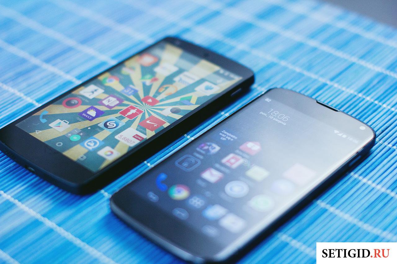 два смартфона на столе