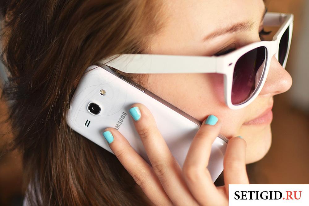 девушка разговаривает по мобильному