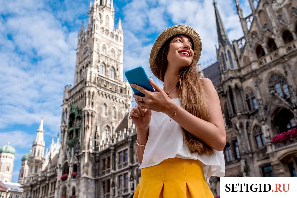 девушка турист с мобильным телефоном в руках