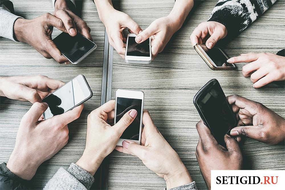 группа людей с телефонами в руках