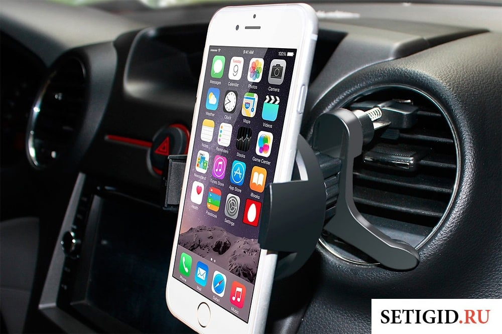 смартфон на панели приборов в автомобиле