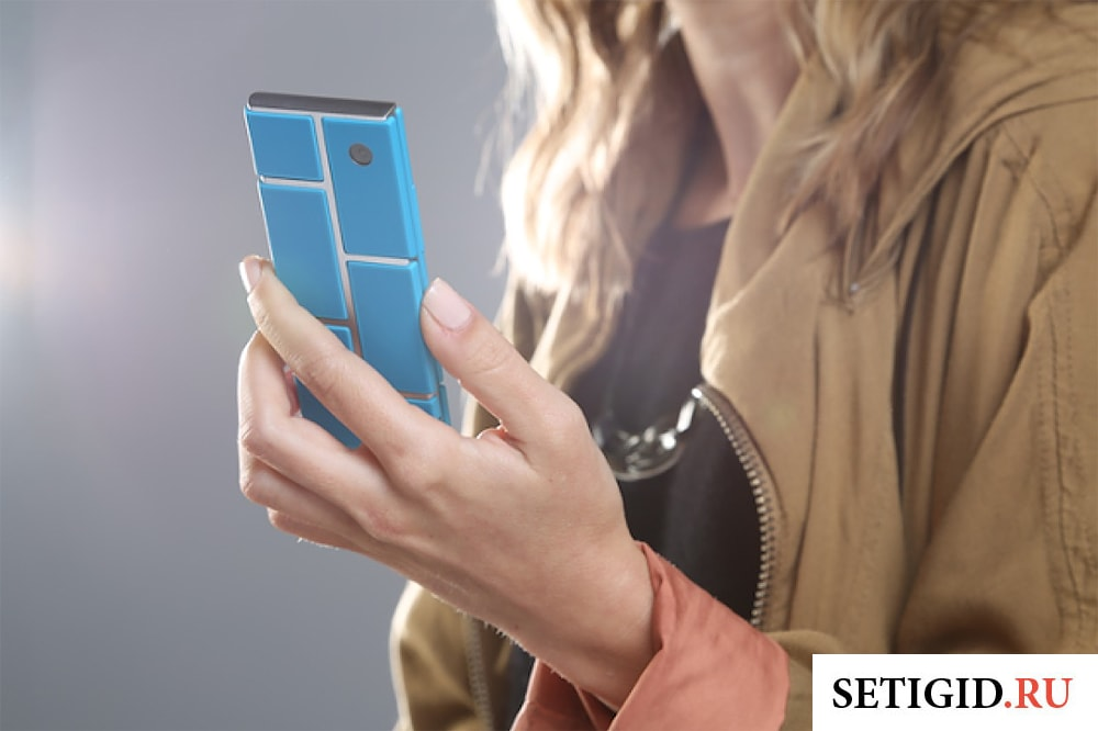 девушка держит в руках смартфон