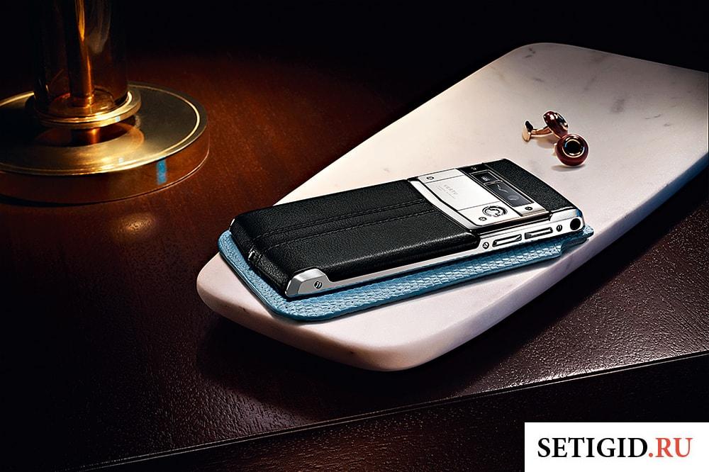 телефон Vertu лежит на столе