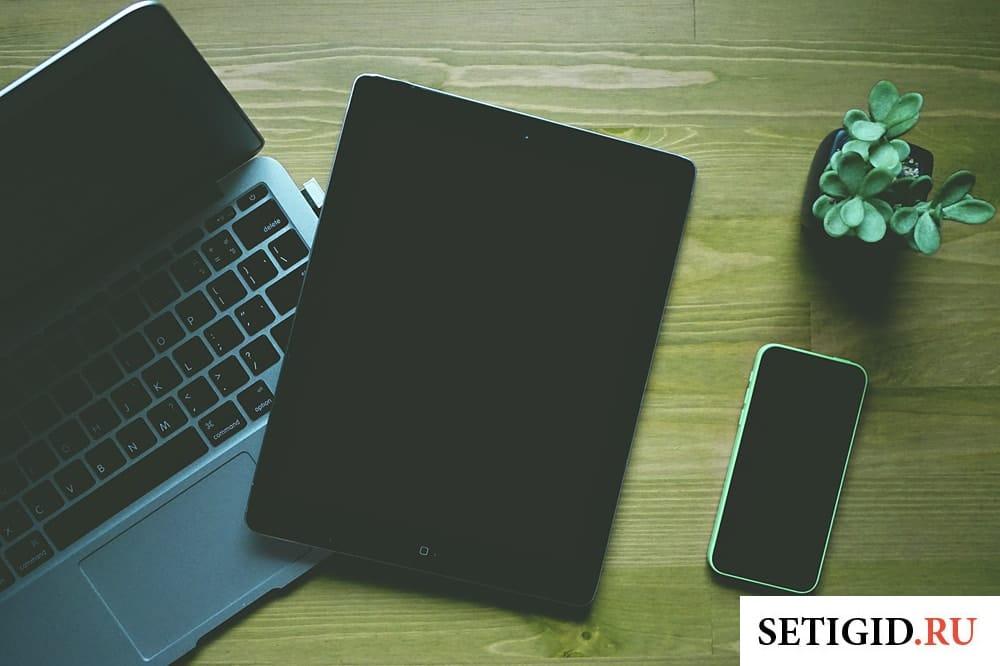 ноутбук планшет смартфон на столе