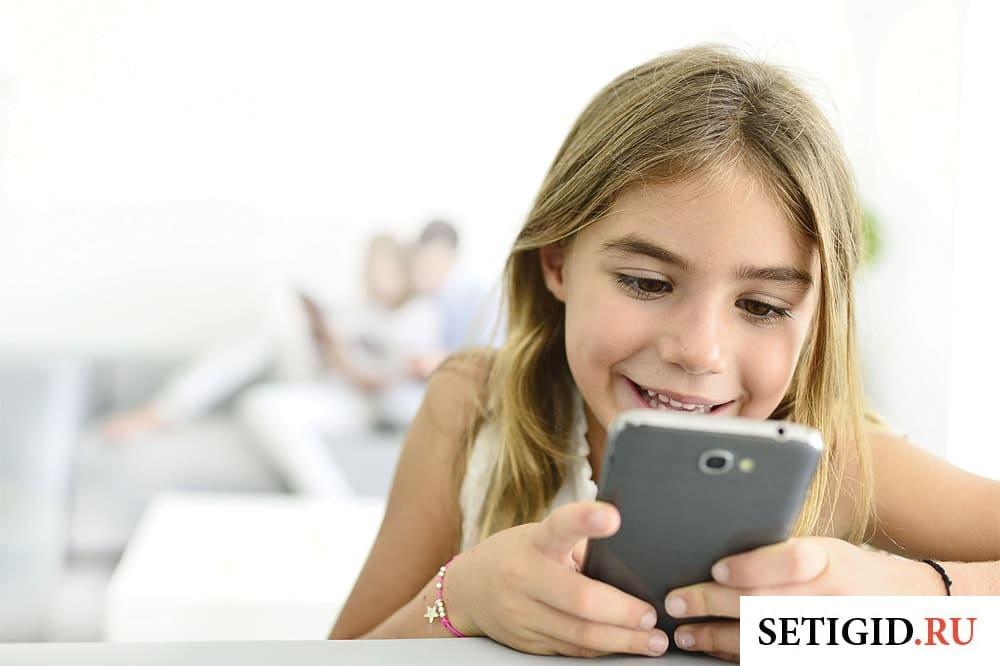 ребенок держит в руках смартфон