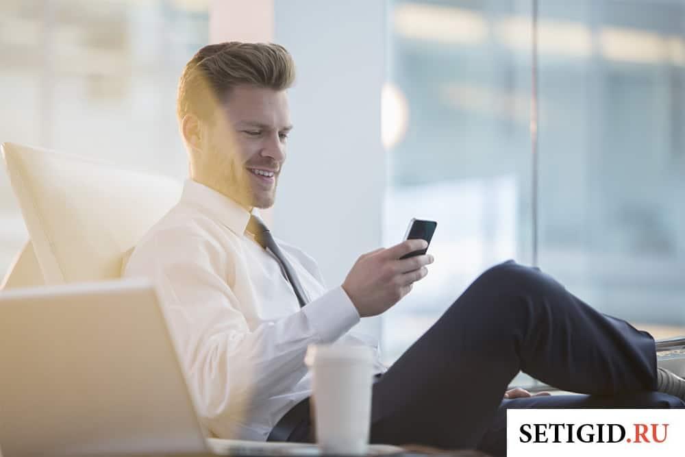 бизнесмен пользуется мобильным телефоном