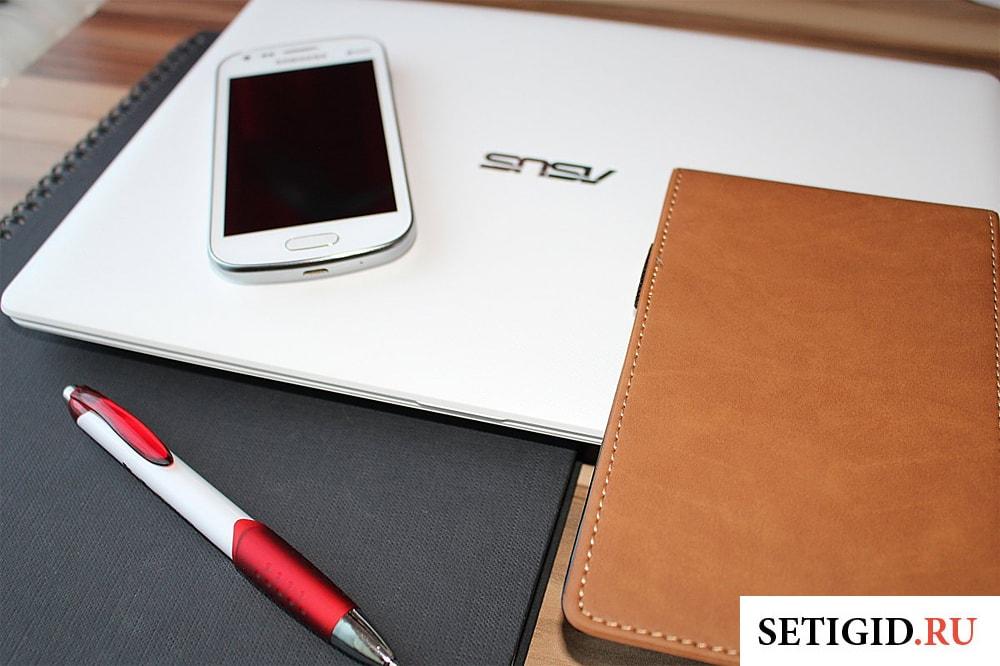 блокнот ручка смартфон и ноутбук на столе