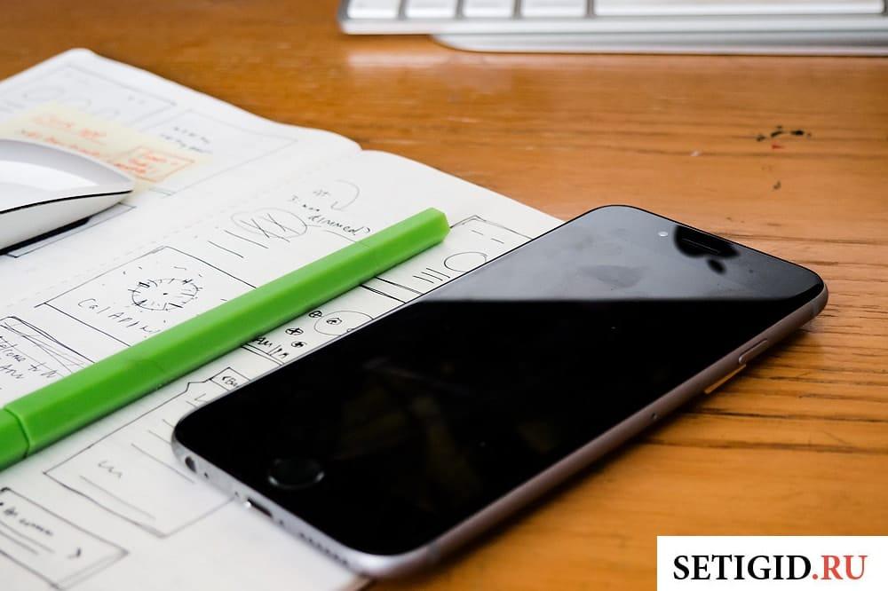Мобильный телефон лежащий на столе