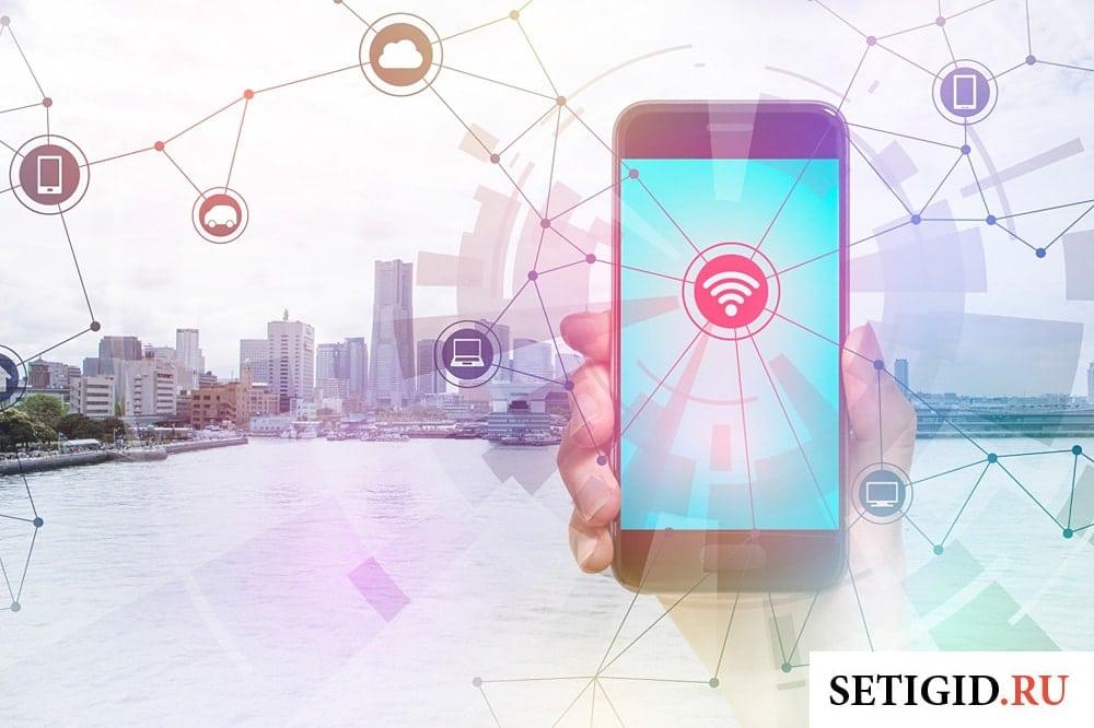 Линии сети с иконками интернет-сервисов исходящие от смартфона в руке
