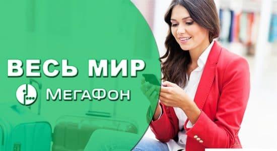 девушка сидит на чемодане и держит в руках мобильный