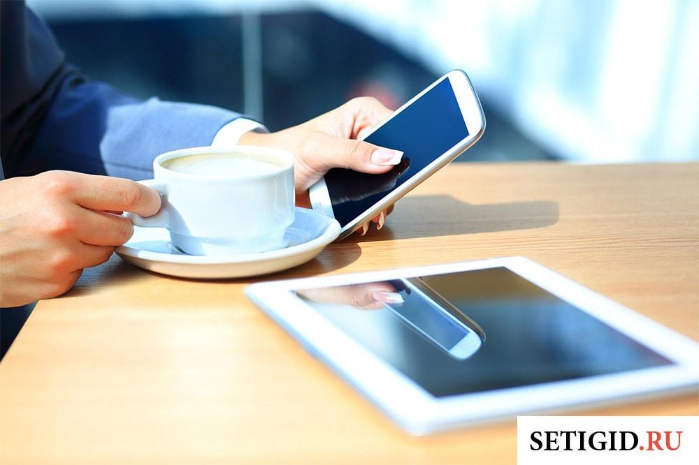 бизнес леди в кафе с мобильным телефоном