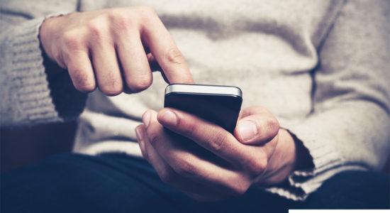 смартфон в мужских руках