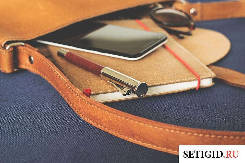 мобильный телефон блокнот и ручка