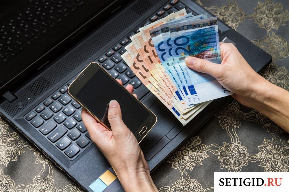 смартфон и деньги в руках