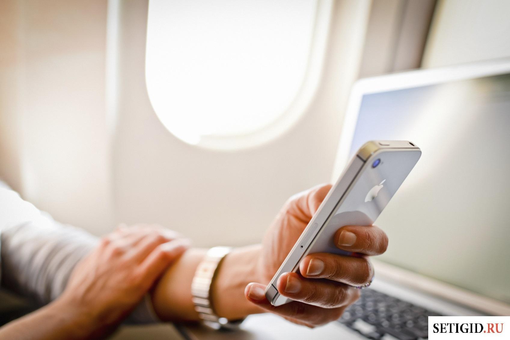Женщина пользуется сотовым телефоном