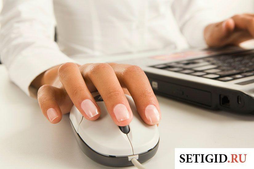 Женщина с маникюром сидит за ноутбуком