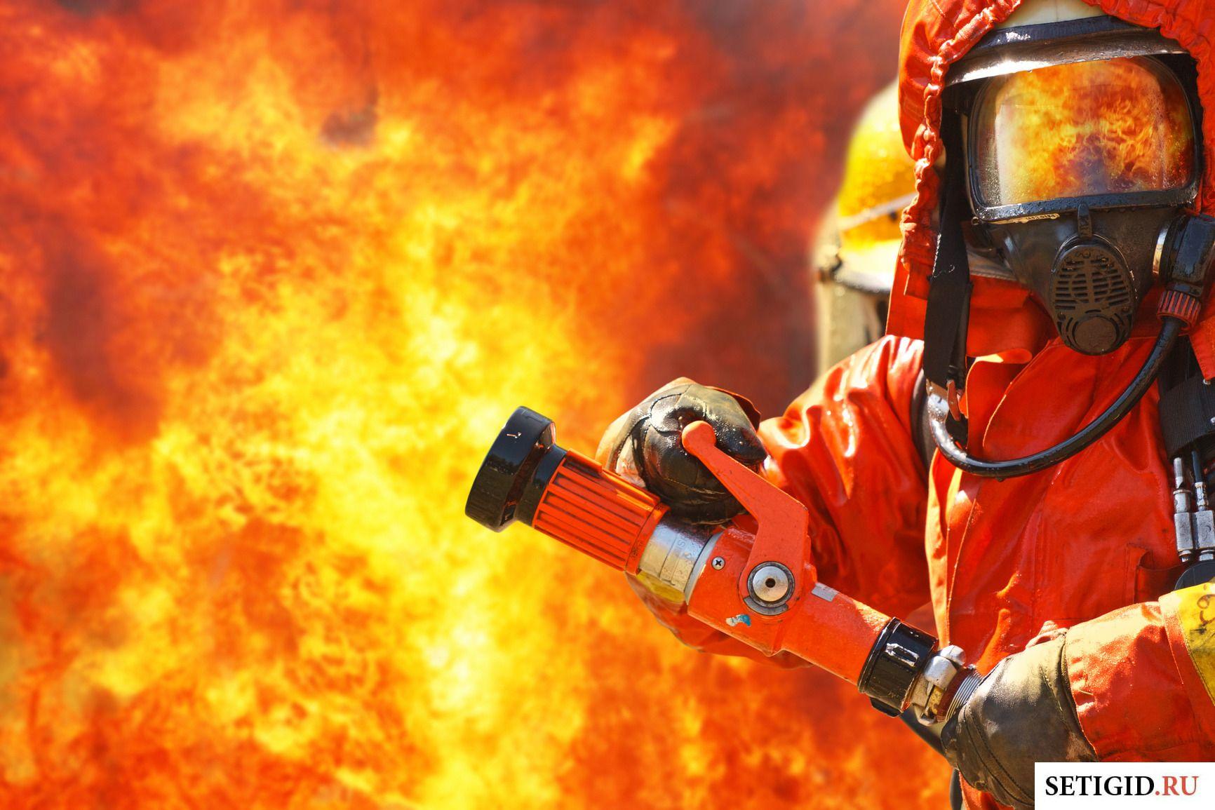 Пожарный в форме тушит огонь