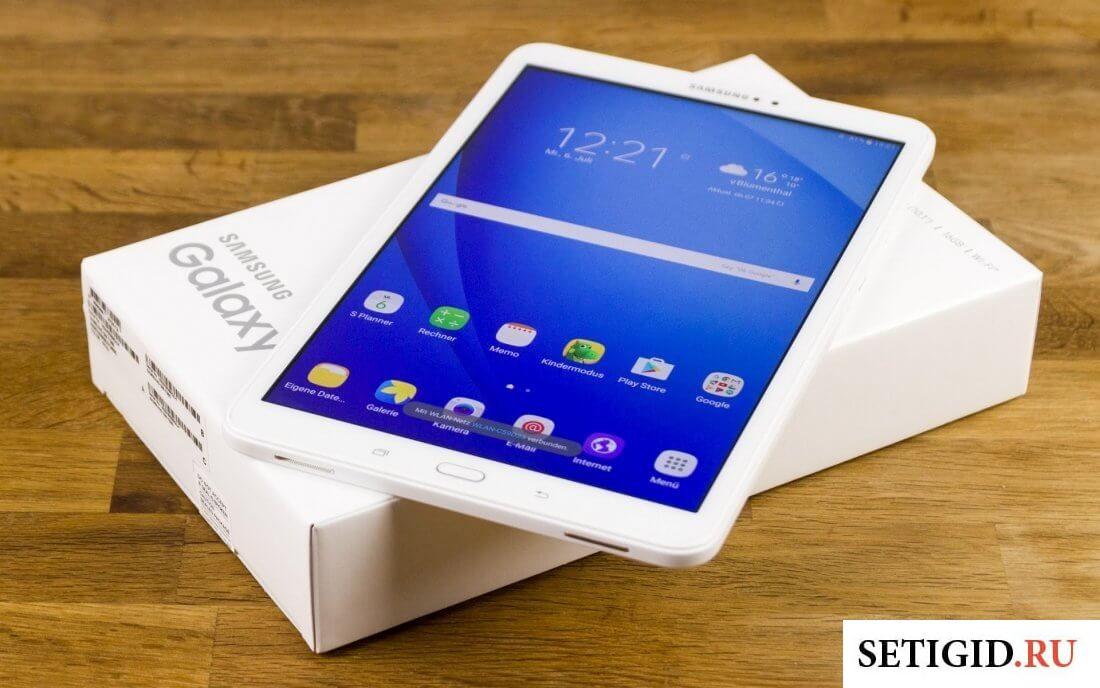 Белый планшет и коробка на столе