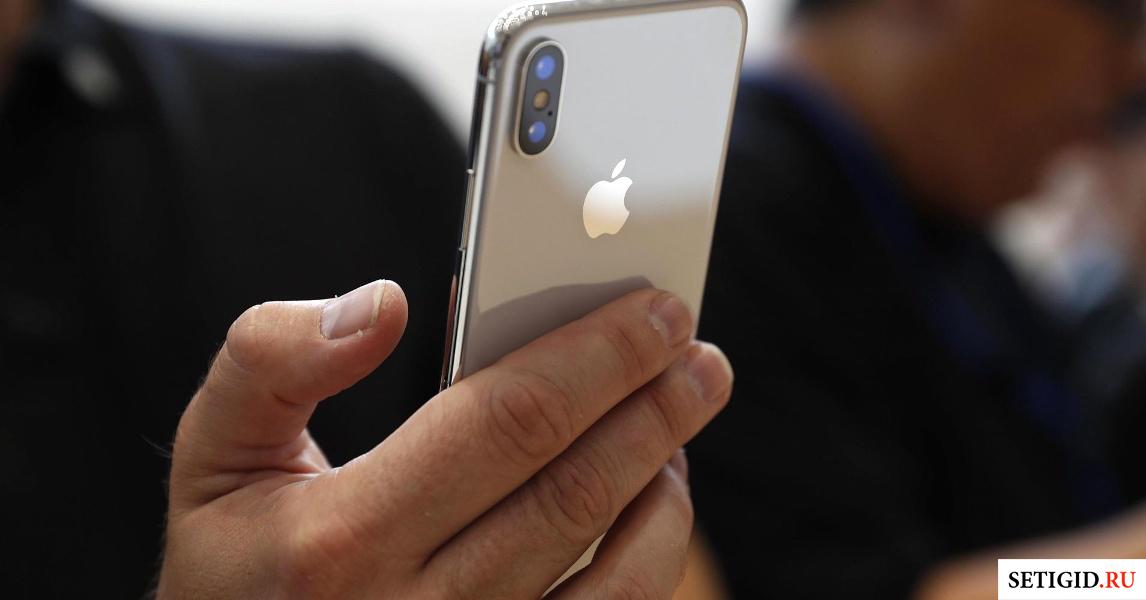 iPhone в мужской руке