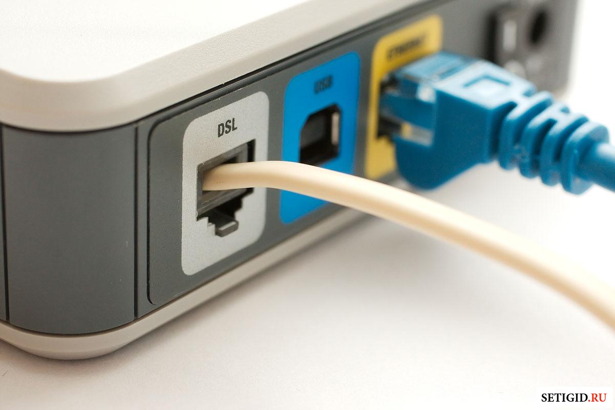 Обратная сторона Wi-Fi роутера с проводами