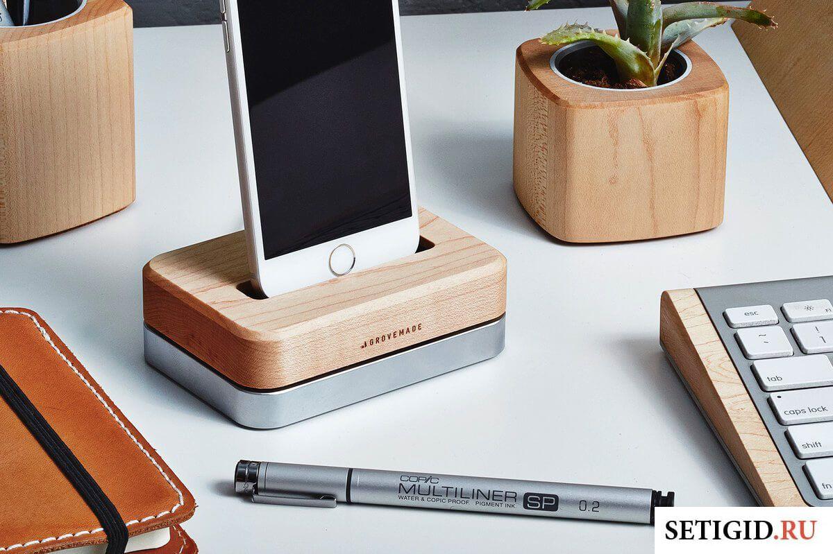 Телефон с подставкой на столе с принадлежностями