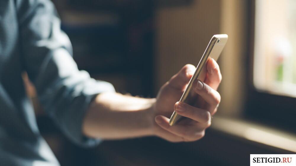 Смартфон в женской руке