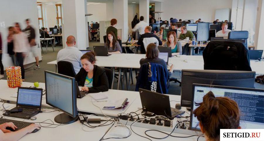 Люди, работающие за компьютерами в офисе